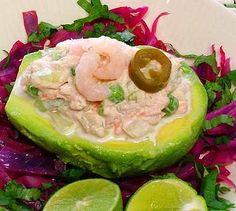 Aguacate relleno de atún y camarones -- solo una de las ricuras que puedes elaborar con una sencilla ensalada de atún.  // Avocado stuffed with tuna and shrimp, just one of the delicious things you can make with a simple tuna salad.