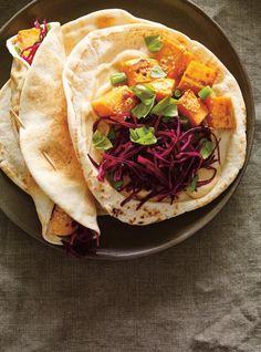 Sandwich pita aux patates douces en croûte de parmesan, chou rouge et sésame #ricardocuisine #sweetpotato