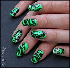 Nail art fleur au one stroke et OPI black spotted