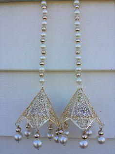 Toran (Door hanging) Diwali Diy, Diwali Craft, Diy Paper, Paper Crafts, Door Hanging Decorations, India Crafts, Flower Rangoli, Hanging Beads, Door Hangings