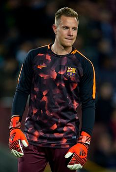 Marc Ter Stegen of FC Barcelona warms up prior to the UEFA Champions League group D match between FC Barcelona and Sporting CP at Camp Nou on December 2017 in Barcelona, Spain. (Photo by Manuel Queimadelos Alonso/Getty Images) Barcelona Vs Real Madrid, Barcelona Soccer, Barcelona Spain, Germany Football Team, Football Is Life, Camp Nou, Manchester United Champions, Everton, Fc Barcelona Players