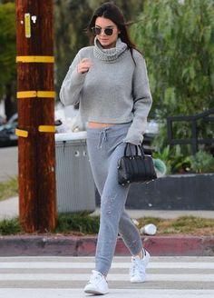 Kendall Jenner com calca jogging cinza e sueter com turtleneck