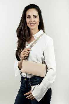 mini crossbody leather bag in nude. Big Bags, Small Handbags, Clutch, Every Woman, Jeans Fit, Mini Bag, Leather Bag, Elegant, How To Wear