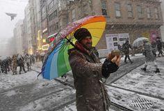 Gefühlte minus 40 Grad: Die Einwohner der Ostküste der USA müssen sich auf eine weitere extreme Kältewelle einstellen. Wie die US-Wetterbehörde warnte, zieht ab Donnerstag erneut eine Kaltfront von Norden über das Land und bringt sibirische Kälte - vorhergesagt sind im Bundesstaat New York etwa minus 22 Grad. Durch den Wind könne die gefühlte Temperatur auf minus 40 Grad absinken. Mehr Bilder des Tages: http://www.nachrichten.at/nachrichten/bilder_des_tages/ (Bild: apa)