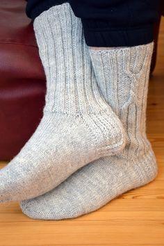 KARDEMUMMAN TALO: Niistä ne miehet tykkää Crochet Socks, Crochet Yarn, Knitting Socks, Hand Knitting, Knitting Patterns, Wool Socks, Slipper Boots, Boot Cuffs, Leg Warmers
