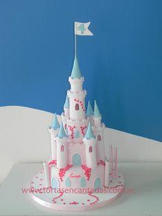 Princess Pink Castle Cake.    Torta de Castillo Rosa de Princesas  vía Tortas Encantadas  Super castle cake, with sugarpaste turrets.  Any Princess loving girl would love this one!