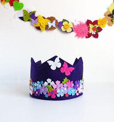 corona con flores y mariposas para fiesta de cumpleaños, corona fieltro, corona cumpleaños, corona flores, corona fiesta, corona decorada