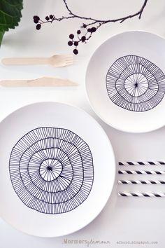 Gosto muito dessa técnica de DIY! Só precisamos de uma caneta para porcelana, uns pratos ou xícaras (que vocês queiram mudar), uns minutos de forno (depende