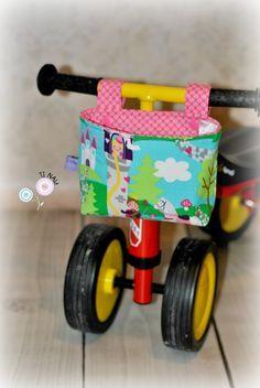 Ein tolles Schnittmuster mit detailreicher bebilderter Anleitung für eine Lenkertasche. So können die Kleinen an Ihren Fahrzeugen - ob Dreirad oder diverse Laufräder - in der Tasche alles wichtiges verstauen und mit sich führen. Auch am Gitterbett macht e (Mix Babies)