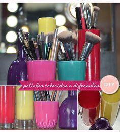Que tal aproveitar coisinhas que temos em casa para fazer lindos potinhos para guardar lápis ou porta pincel de maquiagem ? Vamos usar copos, vasos e esmaltes.