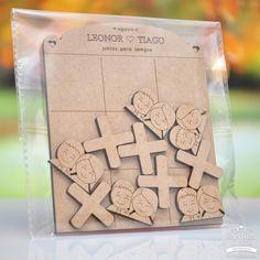 Jogo do galo casal, ideal para lembrança de casamento. Personalizado com nomes e data. Sandro, Galo, Bamboo Pen, Personalized Wedding, Decorated Picture Frames