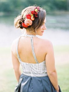 Add gorgeous deep Reds to your wedding bouquet, decor and bridesmaid look via @100layercake
