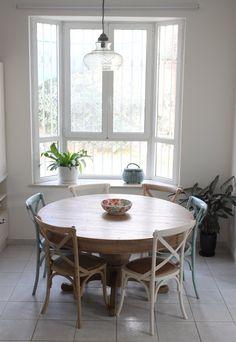 שולחן אוכל עגול עץ מלא טבעי כסאות איקס צבעוניים Turkizhouse