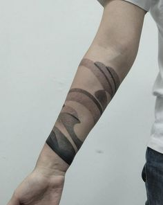 Roman Melnikov aka Plebeyboy est un artiste tatoueur basé à Moscou, en Russie. Travaillant uniquement avec de l'encre noir, il crée de surprenants tatouage
