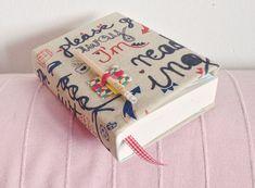 Pogięte kartki, zarysowana okładka, oderwane rogi okładki– nie musisz się już obawiać, że noszenie książki w torebce skończy się takim scenariuszem. Wystarczy, że wykonasz prezentowaną przez nas okładkę na książkę :) Zrobione samodzielnie okładki na książki wykonane z materiału zapobiegną zniszczeniom i sprawią, że książka będzie się zawsze prezentować elegancko.