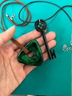 CORALINE Seeing Stone Necklace, Looking Stone Amulet – Coraline Green Stone – Coraline key, Coraline Black Key, Coraline Costume Collier … Coraline Doll, Coraline Jones, Coraline Tattoo, Coraline Drawing, Coraline Movie, Tim Burton, Coraline Halloween Costume, Halloween Kostüm, Arts And Crafts
