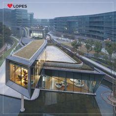 Um belo projeto de arquitetura pensando na sustentabilidade. O telhado verde é tendência e traz muitas vantagens para grandes cidades.