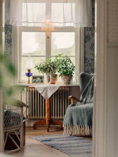 𝚄𝚗𝚍𝚎𝚛𝚋𝚊𝚛𝚊 𝙲𝚕𝚊𝚛𝚊 Beautiful Interior Design, Decor Interior Design, Interior Decorating, Cozy Cottage, Cozy House, Farmhouse Wallpaper, Art Nouveau Interior, Sweden House, New England Style