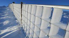 ijs achter hek geblazen door de wind