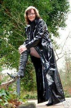 I want these muddy boots clean, NOW. High Leather Boots, Black Leather Gloves, Faux Leather Pants, Pvc Raincoat, Hooded Raincoat, Rubber Raincoats, Leder Outfits, Vintage Boots, Sexy Older Women