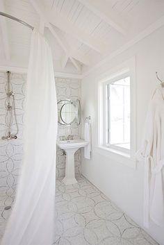 Il bagno è uno spazio semplice e modesto dominato da una ventilazione trasversale e luce naturale per migliorare la sensazione di benessere