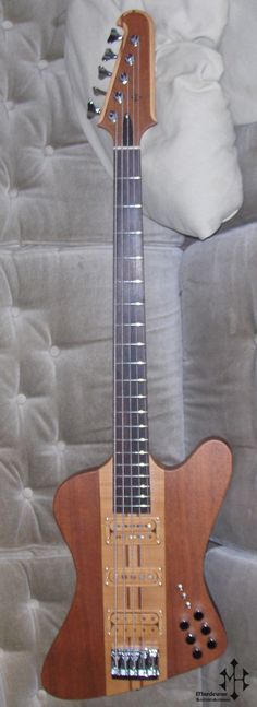 5-STRING THUNERBIRD BASS GUITAR -body : mahogany -neck : mahogany/maple -fingerboard : rosewood