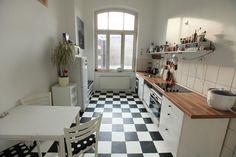 Helle Küche mit schwarz-weiß-Fliesen und Möbeln in demselben Stil. #Küche #schwarzweiß #kitchen