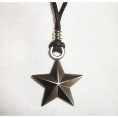 Colgante estrella metálica revolucionaria - náutica - URSS  Colgante estrella metálica con cordón de algodón negro. La estrella viene en color metálico plata envejecido. Dimensiones de la estrella 2,50 x 2,50 cm. Peso aproximado 8 gram