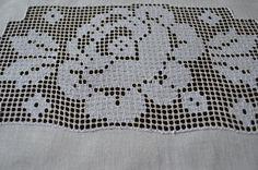 Jogo americano de renda de labirinto ou crivo. Ftm, Lace, Sweet, Decor, Ideas, Cross Stitch Embroidery, Crochet Kitchen, Maze, Placemat