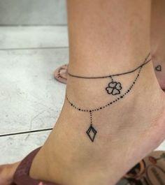 Está morrendo de vontade de se rabiscar mas não sabe o que fazer? Veja essas 20 tatuagens estilo bracelete para se inspirar.