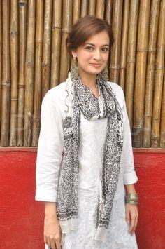 Dia Mirza, arrives for Shabana & Javed's Holi bash. Love the sheer simplicity of it. White kurta with printed dupatta.