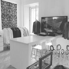 DER HOCHZEITSANZUG – WIEN  Bei uns bekommen Sie Ihren passenden Hochzeitsanzug sowie Smoking, Cut, Hemd, Bluse oder Sakko! Natürlich bieten wir auch handgefertigte Schuhe von Handmacher an. Die persönliche Beratung liegt uns sehr am Herzen. Mit viel Zeit und Geduld unterstützen wir unseren Kunden auf der Suche nach dem perfekten Hochzeitsanzug.  Vereinbaren Sie einen Vermessungstermin mit uns, wir freuen uns auf Sie!  KOSTENLOSEN TERMIN VEREINBAREN…