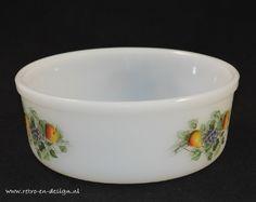 Arcopal Fruits de France Soufflé bowlLarge Soufflé bowl by Arcopal with the familiar Fruits de France pattern. Glass Bowls, Glass Baking Dish, Vintage Pyrex, Milk Glass, Dinnerware, Nostalgia, Collections, Dishes, Fruit