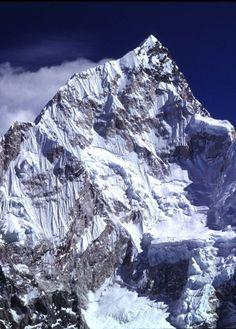 Monte Nuptse em frente ao Everest, na cordilheira do Himalaia, Nepal.