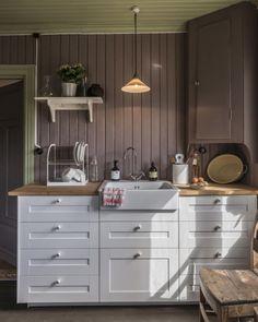 """Lev Landlig on Instagram: """"Hvilken farge liker du best på kjøkkenet? Victoria @historiskehus elsker den plommelilla fargen på kjøkkenet sitt. Det gjør vi også 😍 Foto:…"""" Kitchen Redo, Kitchen Cabinets, Kitchen Stories, House Goals, Victoria, Wallpaper, Interior, Instagram, Farm House"""