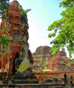 Ancient ruins of the former capital of Siam. @ http://www.backpackingthroughthailand.com/
