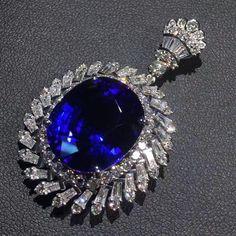 @taiwan_kunlun_jewelry. Beautiful Blue Sapphire Diamonds Pendant