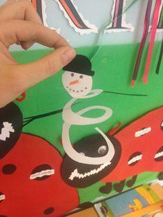 knip een cirkel tot een spiraal, en versier hem als sneeuwpop. Leuke knip-activiteit!