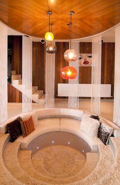 10 Totally Modern Rooms that Rock a Style 80s Interior Design, Home Interior, Conversation Pit, Design Retro, Sunken Living Room, 70s Home Decor, Vintage Interiors, Modern Room, Modern Decor