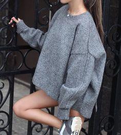 Наш must have на осень - об'емный, тёплый свитер из шерсти oversize размера. Сделает ваш образ стильным и комфортным.