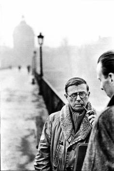 Jean-Paul Sartre (París, 21 de junio de 1905, 15 de abril de 1980), Filósofo, escritor, novelista, dramaturgo, activista político, biógrafo y crítico literario francés, exponente del existencialismo y del marxismo humanista.  Premio Nobel de Literatura, en 1964, pero lo rechazó explicando en una carta a la Academia Sueca. Fue pareja de Simone de Beauvoir