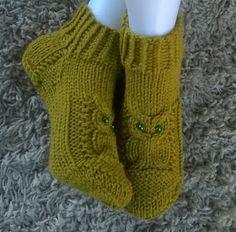 Lumioosi: Pöllötossu versio 2 Crochet Socks, Knitting Socks, Knit Crochet, Knit Socks, Knitting Charts, Knitting Patterns Free, Crochet Patterns, Owl Socks, Knitted Owl
