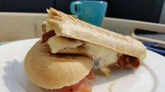 Dit is het recept voor een lekkere panini met mozzarella en rauwe ham. Een likje pesto erbij en dan heb je al bijna bij het lekkerste broodje ter wereld!