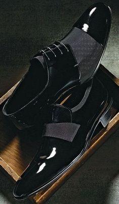 Combina tu camisa con unos zapatos de charol.