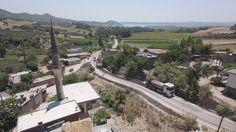 Adana'nın trafik yükünü sırtlayan projelerini peş peşe hayata geçiren, altgeçit, köprü ve yeni bulvarlarla kent halkına rahat nefes aldıran Adana Büyükşehir Belediyesi, yaylalardan sahillere uzanan ulaşım ağında asfalt seferberliğini sürdürüyor. Kavurucu yaz sıcaklarına aldırmadan yoğun çalışma yürüten Fen İşleri Daire Başkanlığı Yol İşleri Şube Müdürlüğü ekipleri, 12 ilçedeki 35 köy ve mahallenin yollarını yeniledi. İki …