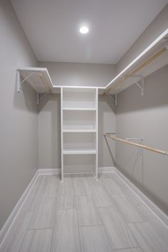 Walk In Closet Ideas - Seeking some fresh ideas to renovate your closet? See our gallery of leading high-end walk in closet layout ideas as well as photos. Walk In Closet Small, Walk In Closet Design, Bedroom Closet Design, Master Bedroom Closet, Closet Designs, Bedroom Decor, Master Suite, Master Closet Layout, Small Master Closet