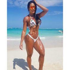 Gracyanne Barbosa posa de biquíni na praia e mostra o corpão
