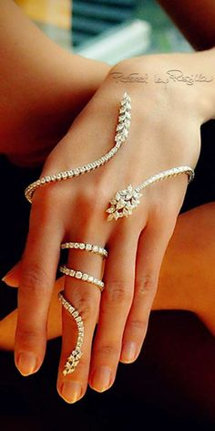 ❤️ This jewellery design is bang on trend! And very beautiful with it's nod to Indian styling.