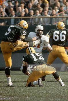 Packers QB Bart Starr holds for a field-goal attempt vs. the Cardinals. Packers Football, Football Fans, Football Helmets, School Football, Nfl Photos, Sports Photos, Bart Starr, Baltimore Colts, Nfl Playoffs