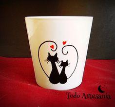 Vaso de vidrio esmaltado con pareja de gatos pintados a mano. www.todo-artesania.wix.com/detalles Clay Flower Pots, Flower Pot Crafts, Clay Pot Crafts, Flower Planters, Clay Pots, Pottery Painting, Ceramic Painting, Diy Painting, Painted Plant Pots